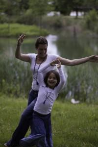 Gaby und Tochter mit Lapislazuli Mala
