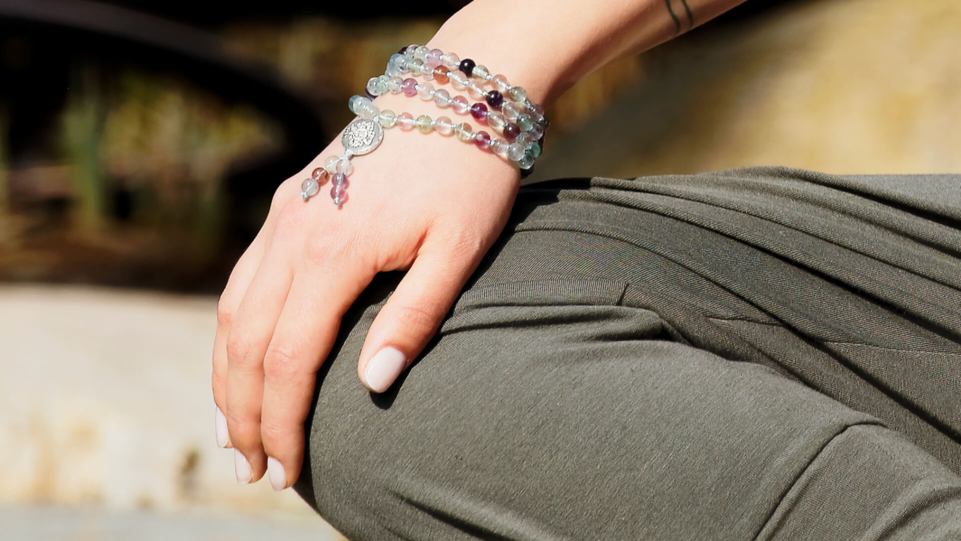 Mala Fluorit getragen am Handgelenk