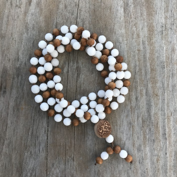 Yoga Schmuck Mala weiße Jade und Sandelholz