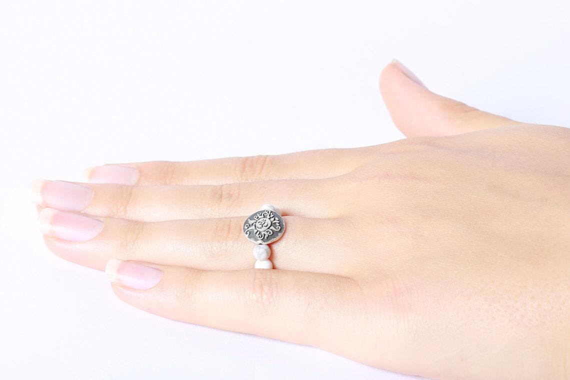 Perlenring Gummiband aus Magnesit mit Antik geschwärzter Malamünze