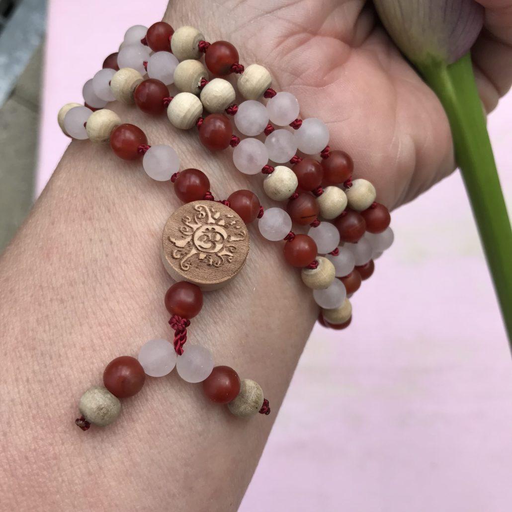 Malakette aus Karneol mit Rosenquarz und Tulsi