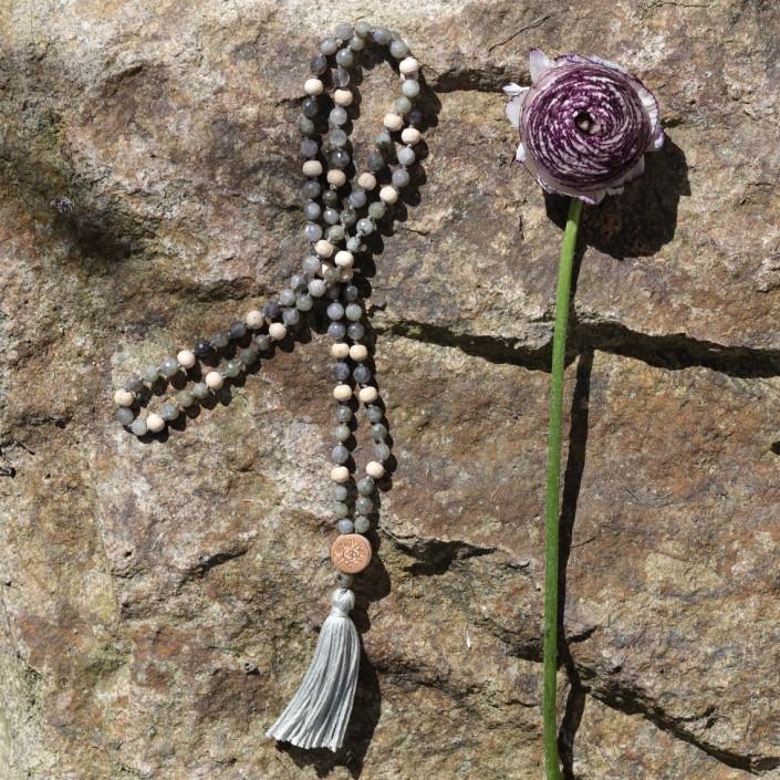 Labradorit-Yogakette zum Meditieren mit Tulsi