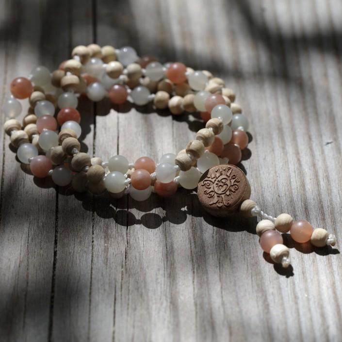 Yogaschmuck: Mala aus Mondstein-Perlen mit Tulsi