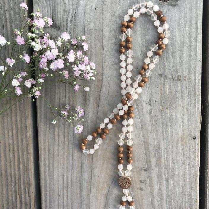 Mala Kette aus Rosenquarz, Bergkristall, Sandelholz
