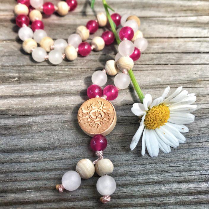 Bunte Mala aus Rosenquarz Jade Tulsi