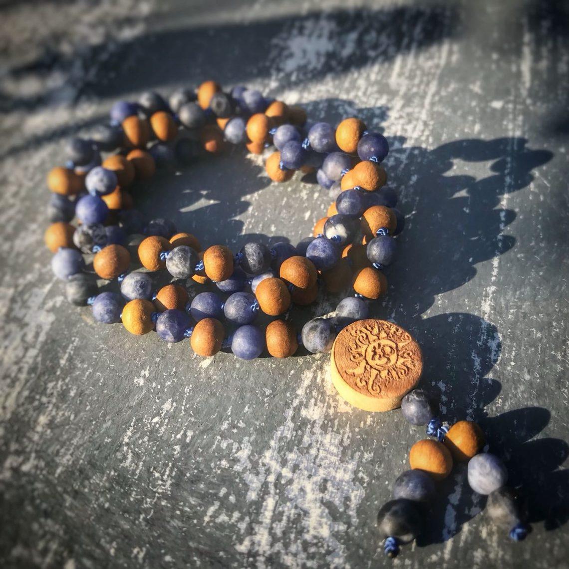 Sodalith-Mala mit Perlen aus Sandelholz