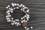 Unikatmala aus weißer matter Jade und Sandellholz