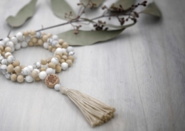 Der weiße Stein mit seinen grauen Einschüssen ist bekannt als Stein für Gelassenheit, Geduld und Mitgefühl. Ja zu allem was ist, Ja zum Leben - daran soll dich der Magnesit erinnern. Das helle Tulsi Holz kommt vom dem heiligen Tulsi Strauch, es ist ein indischer Basilikum. Tulsi - aus dem Sanskrit die Unvergleichliche - kann dich auf emotionaler Ebene stärken um dich der Liebe und Hingabe zu öffnen. Vor allem im Ayurveda kommt Tulsi als Heilmittel für das Immunsystem zum Einsatz. Tulsi hat eine antibakterielle Wirkung. Tulsi wird dem Gott Vishnu zugeordnet, der so seinen Schutz zum Ausdruck bringt. Eine Mala mit Tulsi Perlen ist also nicht nur schön, sondern das helle Holz - ich beziehe es aus einem Frauenprojekt in Indien - kann dich auch für die Liebe und deine Gesundheit unterstützen. Preis 108€ https://www.malawelt.de/produkt/magnesit-tulsi-mala/