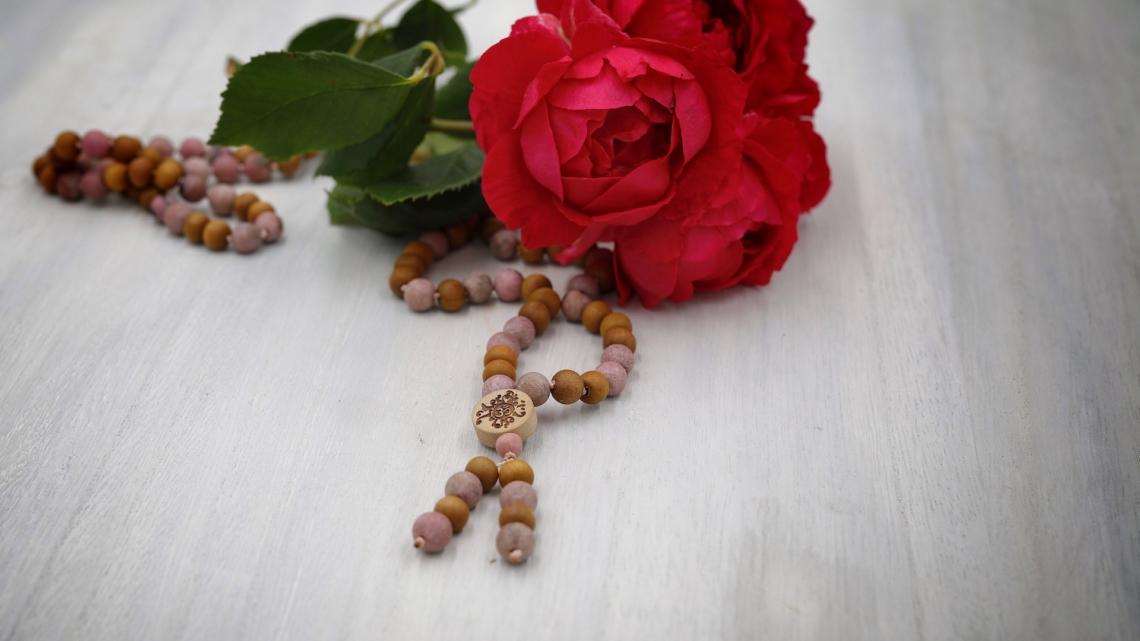 Mala aus Rhodonit und Sandelholz 8mm